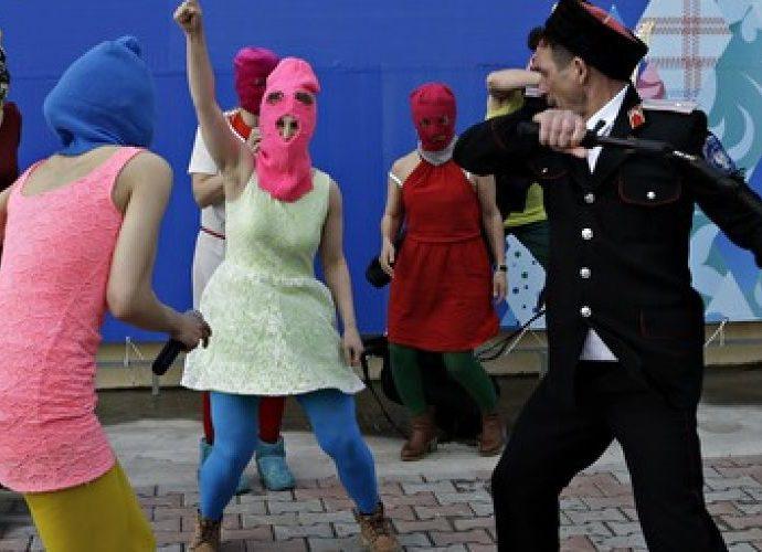 Казаки избивают участниц Pussy Riot в Сочи © Associated Press
