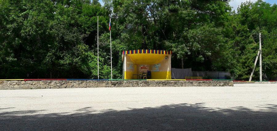 Сцена на территории лагеря. Источник: группа лагеря ВКонтакте
