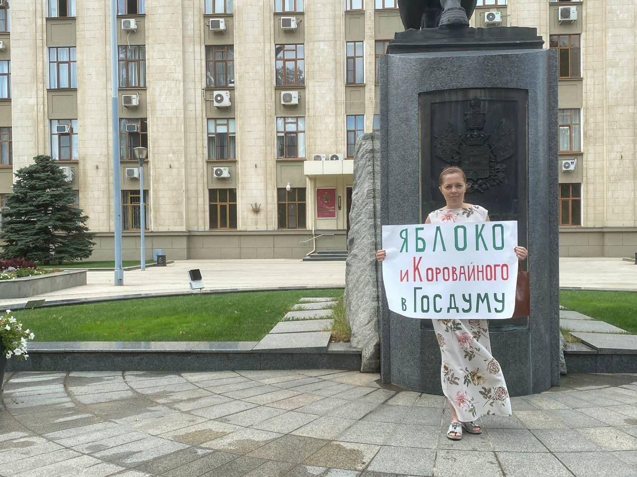 Пикет Яны Антоновой в поддержку «Яблока». Фото: Яна Антонова